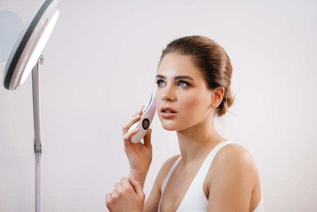 美顔器を使用する女性